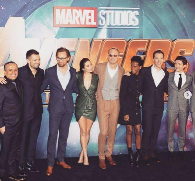 伊莉莎白歐森與漫威、其他工作人員及演員的合照。(翻攝自Elizabeth Olsen的Instagram)