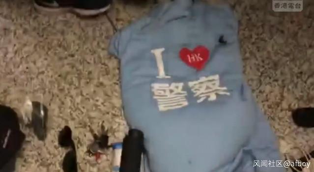 中國官媒記者遭圍毆 官方猛讚:真漢子 | 付國豪被搜出攜帶「我愛警察」的上衣(翻攝新浪網)