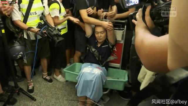 中國官媒記者遭圍毆 官方猛讚:真漢子 |