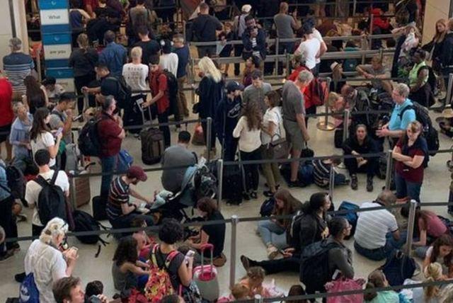 美國出入境系統大當機 旅客塞爆機場 |