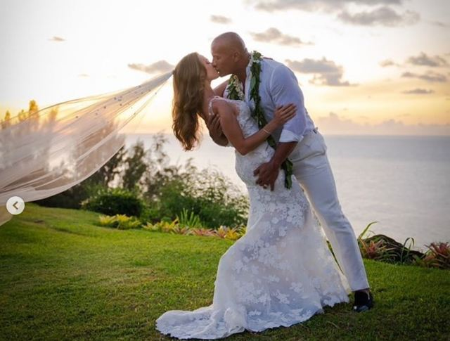 快訊》巨石強森結婚!老婆超美婚紗照曝光  