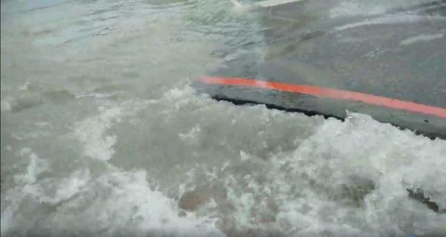 台中西屯區大墩路及台灣大道二段路口自然水管爆裂(台中市何南里長曹豐洋提供)