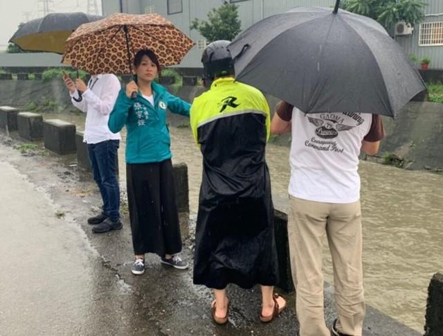 豪雨害西瓜泡爛列農損 中市府:1公頃補助6萬即起申請 | 張家銨勘查豪雨災情