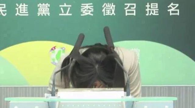 賴品妤18日出席民進黨立委徵召提名公布記者會時,90度鞠躬、撞上講台麥克風。(資料照)