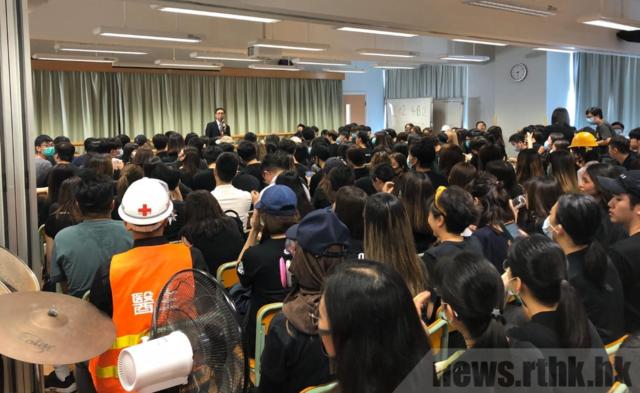 校長謝潤明承諾會全力支援受傷同學和他的家人。(翻攝香港電台網站)