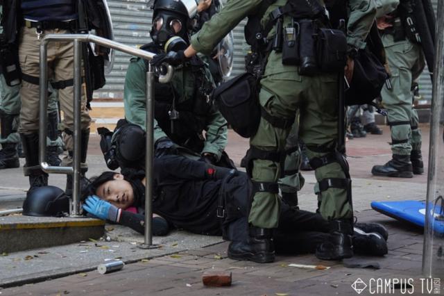 荃灣有示威者左胸中槍倒地,一度命危。(翻攝香港電台網站)
