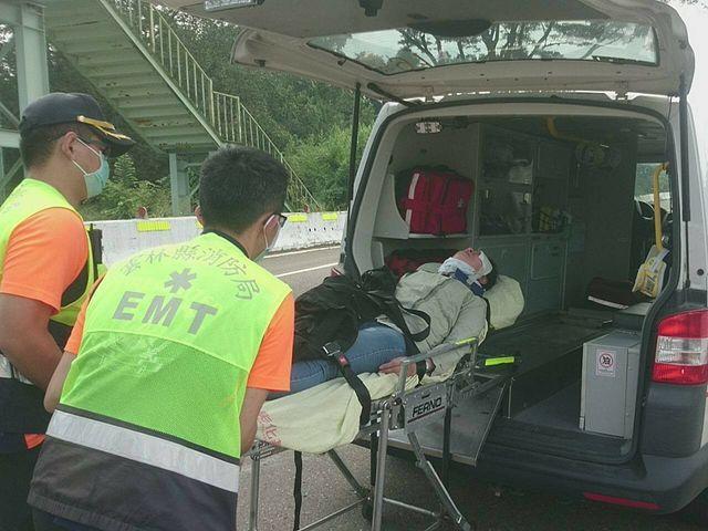 靶場外車禍 國軍弟兄合力助婦人送醫   醫務士李宏宗協助進行婦人傷情評估等救護工作。(國防部提供)