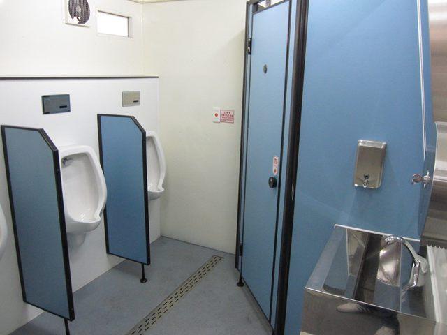 拖車式流動廁所內部。(環保局提供)