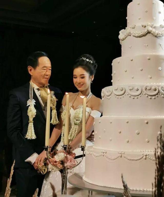 新郎深情望著新娘。(翻攝บิ๊กเกรียน臉書)