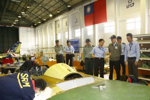 國防部長嚴德發訪視漢翔公司