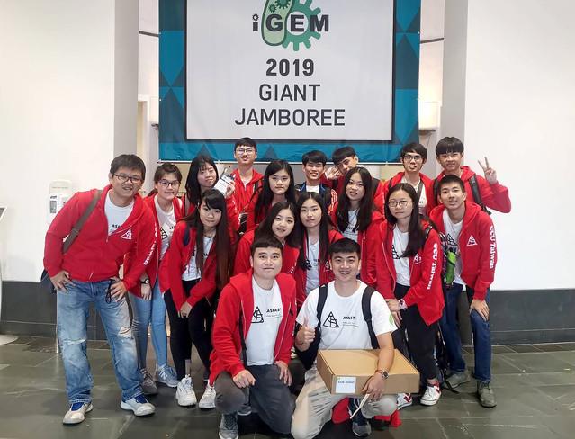 由中正大學16位學生組成的跨領域團隊結合機械工程與生物技,到美國參加「國際遺傳工程機械設計競賽(iGEM)」,從全球353個團隊中奪得銀牌。(中正大學提供)