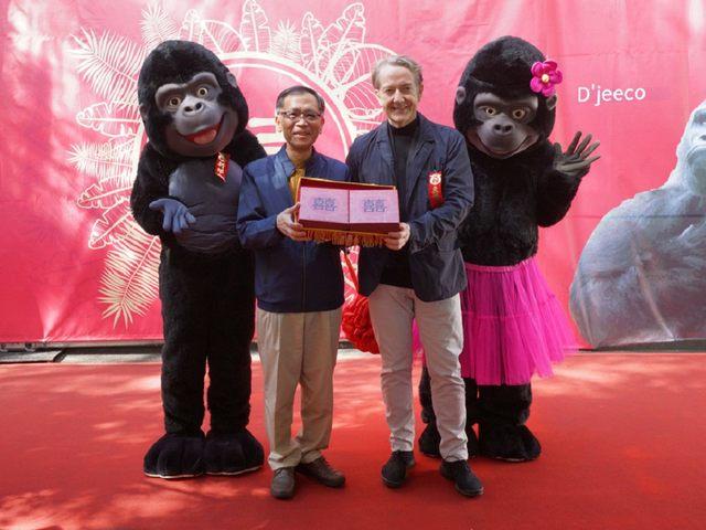 台北市副市長蔡炳坤等人則代表男方親屬送上「好孕徽章」。(台北市立動物園提供)