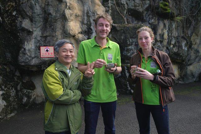 猩猩辦婚禮! 北市動物園金剛猩猩娶荷蘭老婆 | 荷蘭Apenheul靈長類公園工作人員到場祝賀。(台北市立動物園提供)
