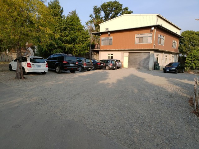 周刊指這裡是張家的招待所,查無門牌、無建物登記。