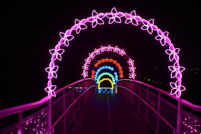 全長超過2公里的燈區從八卦山牌樓點亮至整條天空步道(彰化縣政府提供)