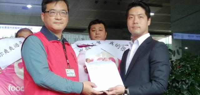勞動局代表接受陳情訴求(台北市政府提供)