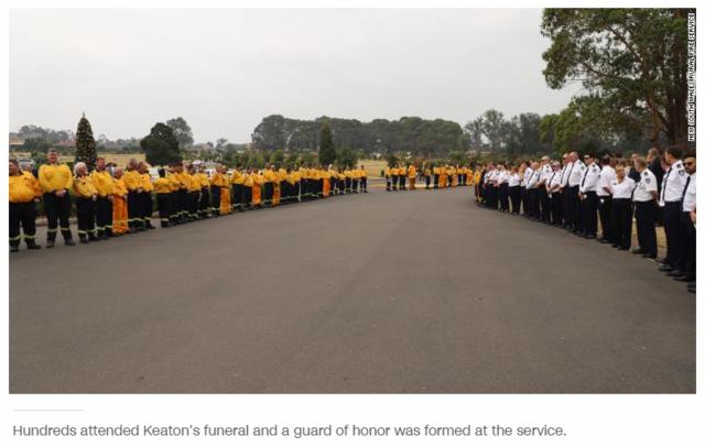 救火不幸殉職 19個月大稚子咬奶嘴代領勳章 | 基頓的親友、同僚們列隊致意。(翻攝《CNN》)