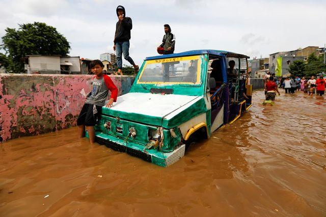 雅加達洪水氾濫釀60死 數十萬人有家歸不得 | 雅加達大片土地浸泡在水中。(翻攝臉書China Daily)