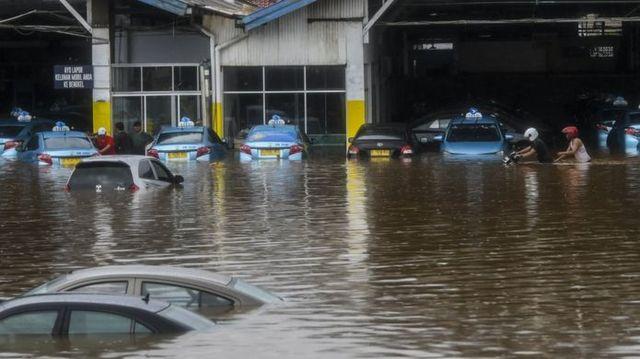 此次洪水造成雅加達損傷嚴重。(翻攝自BBC)
