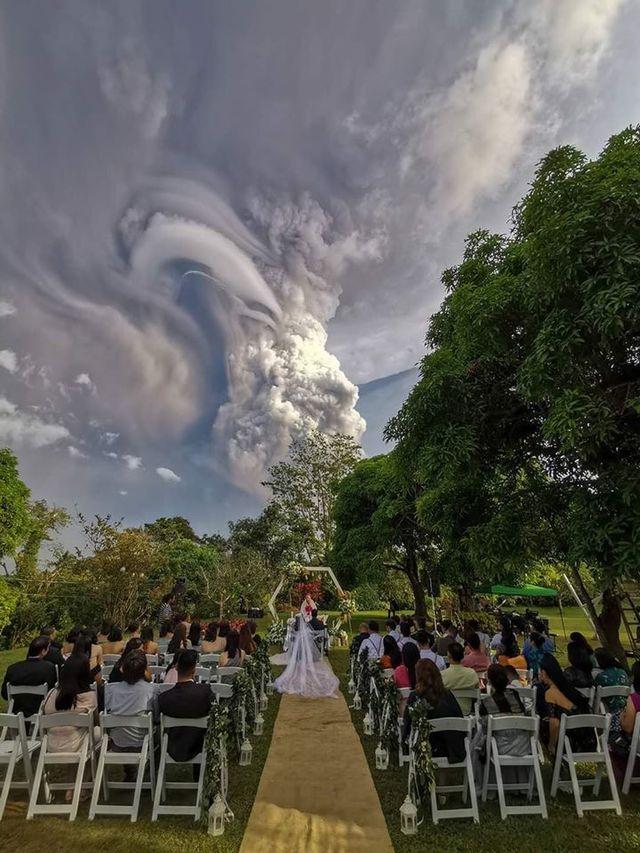菲律賓有對新人淡定完成婚禮。(翻攝索蘭芝草原農場臉書)