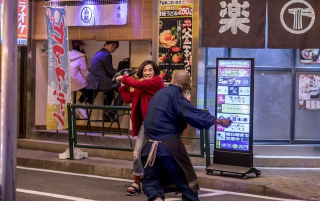 毛舜筠演出為了照顧哥哥留下來的小孩,而在日本打拚的火鍋店老闆娘。(華映娛樂提供)