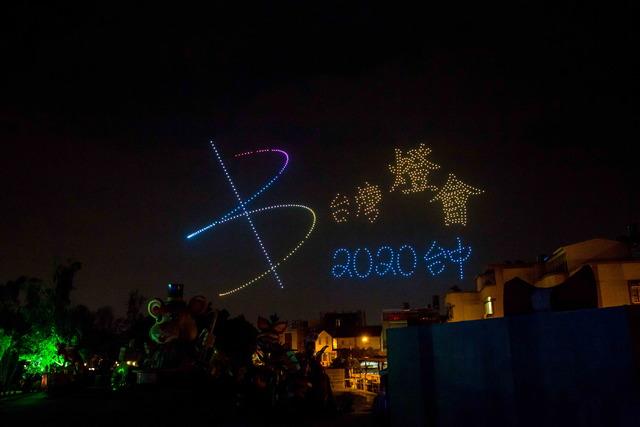 中捷推燈會限定悠遊卡 2/10線上開賣   800台無人機展演,點亮台灣燈會夜空。(市府提供)