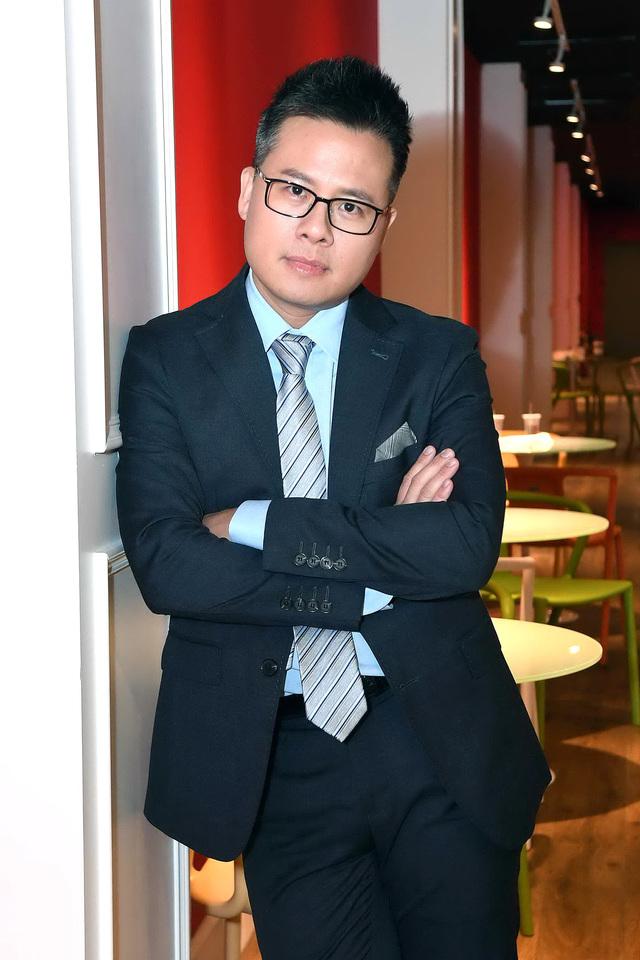 《愛的迫降》台灣版女主角登華視八點檔  主播黃柏齡買新車防疫 | 華視主播黃柏齡主持《華視新聞8點檔》訪問前衛生署長提供觀眾防疫資訊