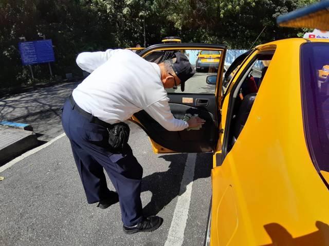 開學防疫備戰!北市公共運輸全面消毒 | 計程車業者也面落實消毒與清潔