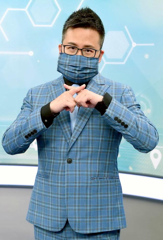 《華視新聞8點檔》主播黃柏齡防疫有一「套 」 出門自備零錢降風險   主播黃柏齡特別訂製與西裝同樣花色的口罩
