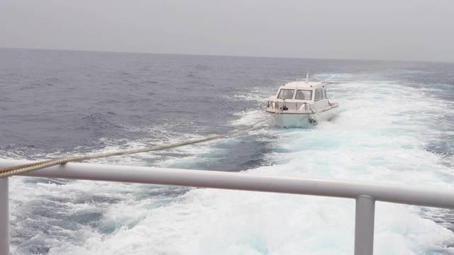 小船百浬外失動力 海巡馳援拖帶返港 |