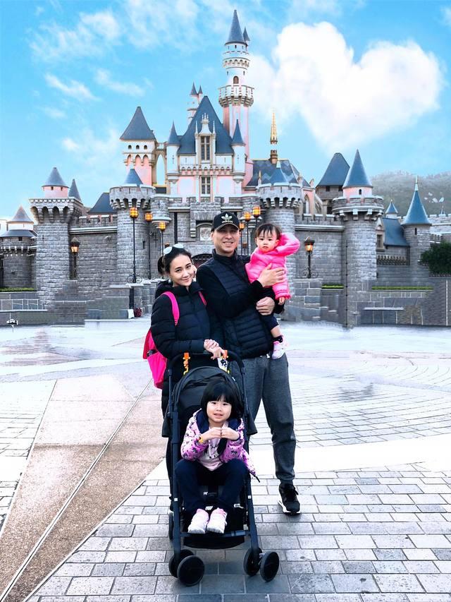 兩人婚後育有2女,何妤玟時常在臉書分享全家出遊的照片,家庭看似幸福美滿(翻攝何妤玟臉書)