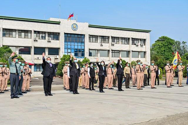 蔡英文9日前往迎接艦隊。(臉書/中華民國海軍)