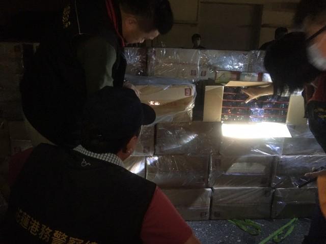 三貂角外海攔截走私 漁船內起出逾「9萬包」私菸 |