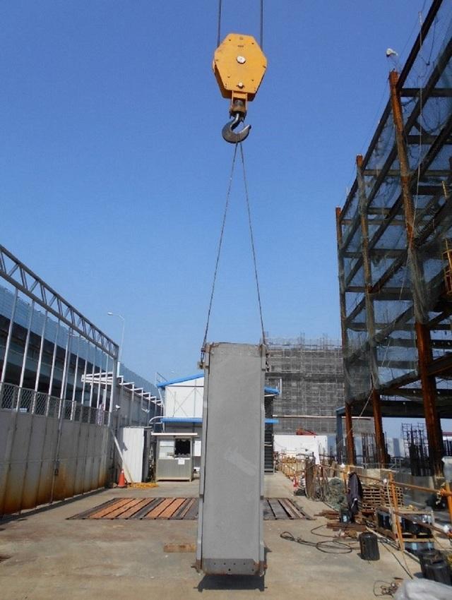 此類起重機動輒可吊起上百公斤之鋼柱。(新北市勞檢處提供)