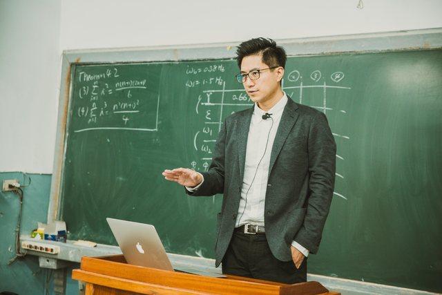 上課時的帥氣模樣,幾乎讓學生無法專心上課。(翻攝PTT)