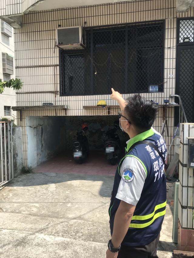 環保局人員稽查冷氣滴水(台南市環保局提供)