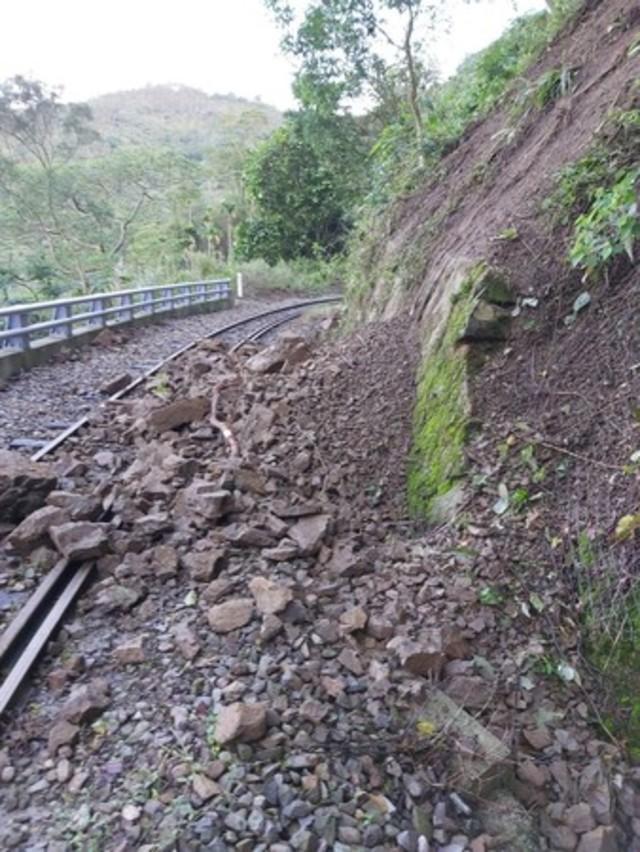快訊》邊坡土石滑落 阿里山林鐵部分路段停駛 |