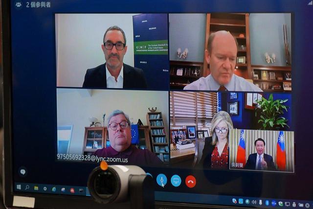 美國聯邦參議員布蕾波恩(Marsha Blackburn, 右下)、美國聯邦參議員昆斯(Chris Coons, 右上)及歐洲議會議員包瑞翰(Reinhard Bütikofer, 左下)同場與談。