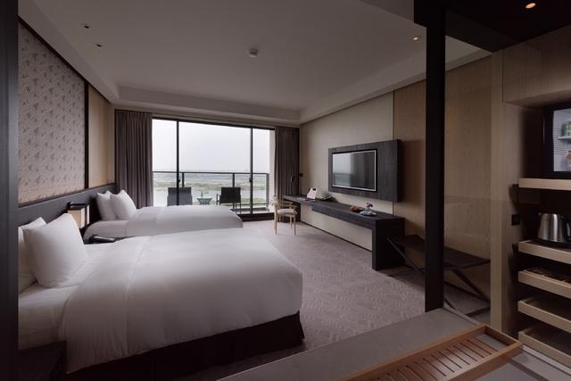 台南大員皇冠假日酒店的豪華雙床客房(陽台)。