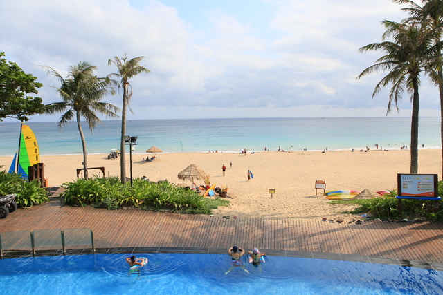 墾丁夏都沙灘酒店一旁可踏浪玩水。
