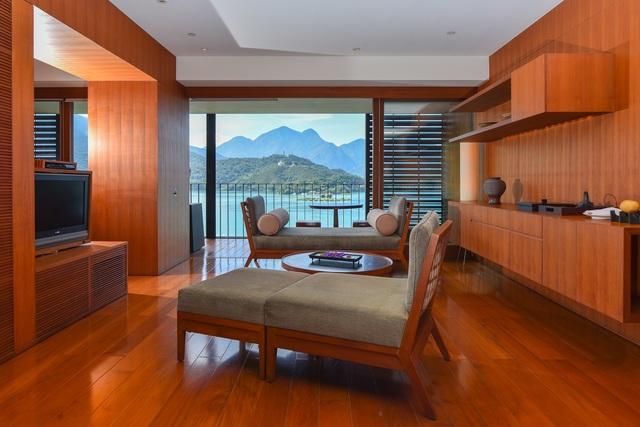 日月潭涵碧樓酒店的湖景套房客廳一景。