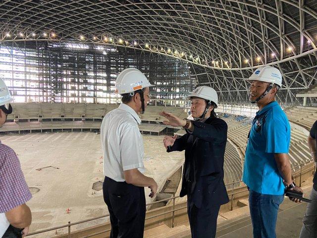 台北市議員王世堅視察大巨蛋工程。(翻攝王世堅臉書)