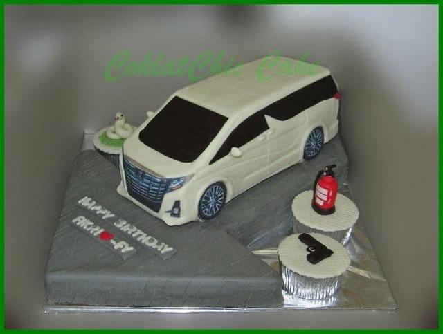 原PO想像中的汽車造型蛋糕。(翻攝/臉書社團「爆笑2公社」)