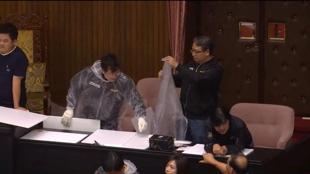 民進黨立委紛紛穿上雨衣