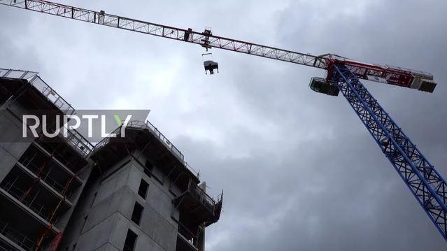 40公尺高空彈「垂直鋼琴」 瑞士音樂家:想顛覆規範 | 起重機垂直吊掛鋼琴。(翻攝自www.rt.com)