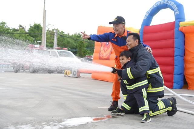 苗栗2021消防猛男月曆搶先看 預計10月出品   (翻攝徐耀昌臉書)