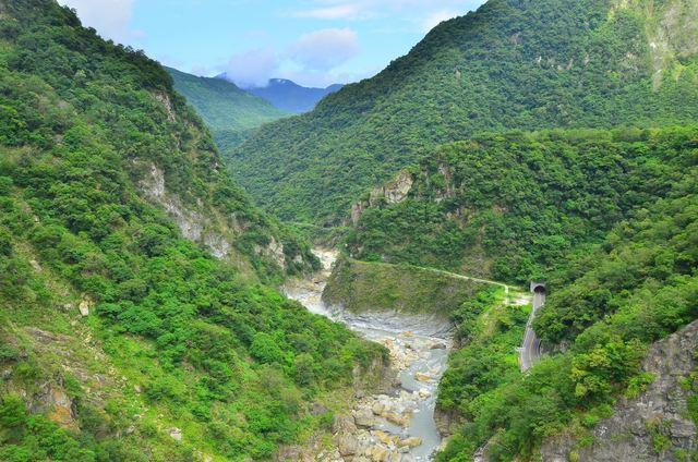 山月吊橋全長196公尺,寬2.5公尺,距離溪谷153公尺。(太魯閣國家公園管理處提供)