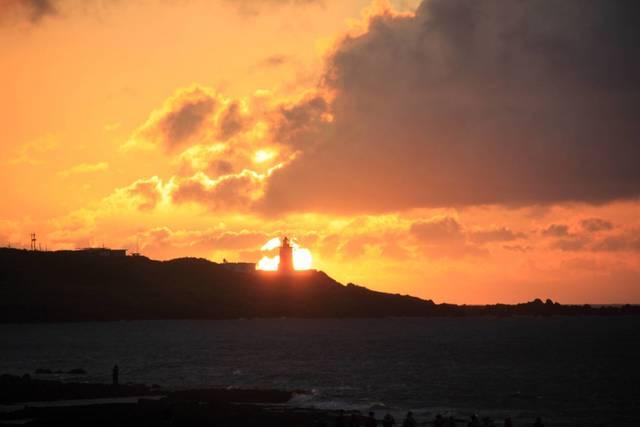 搶拍懸日奇景 富貴角燈塔8月提前開燈 | 富貴角燈塔懸日。(航港局提供)