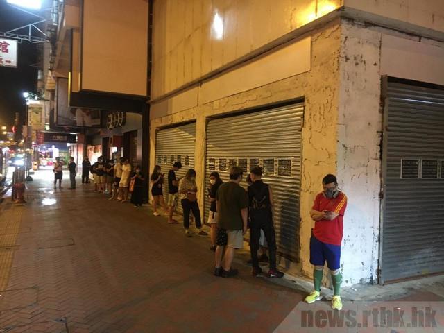 香港旺角一帶的報攤,一度出現人龍。(翻攝《香港電台網站》)