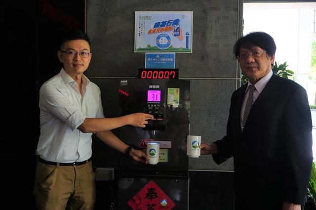 環保署副署長蔡鴻德(右)與CircuPlus執行長黃暐程(左)共同啟用設於環保署一樓大門口的「奉茶站」。(環保署提供)